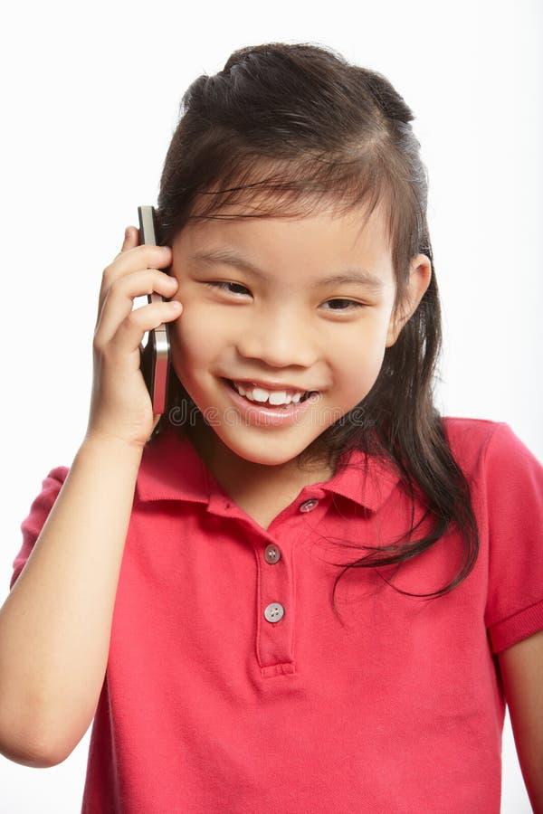 Studio die van Chinees Meisje met Mobiele Telefoon is ontsproten stock foto's