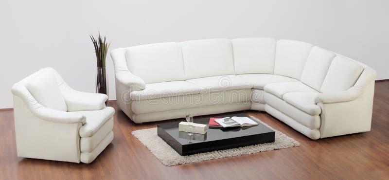 Studio die van een witte meubilair, een bank en een stoel is ontsproten royalty-vrije stock fotografie
