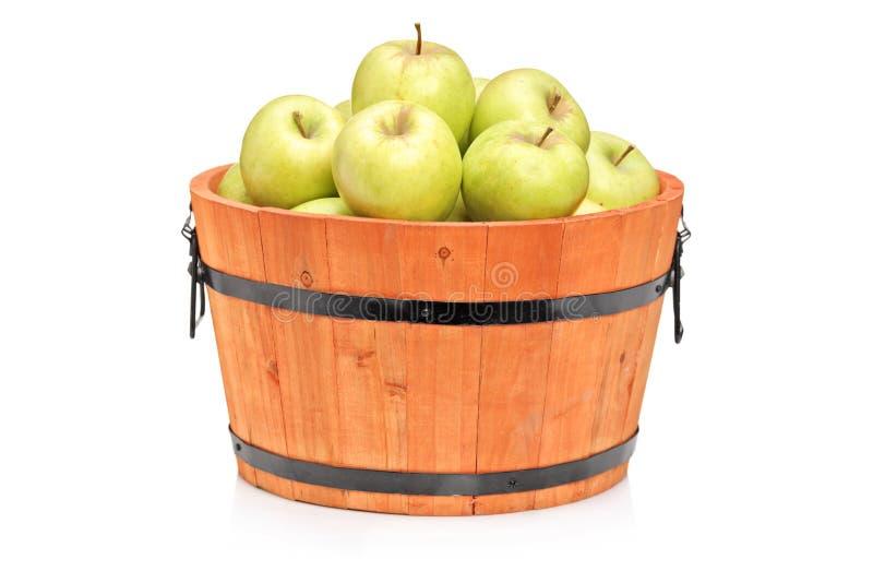 Studio die van groene appelen in een houten vat is ontsproten stock foto's
