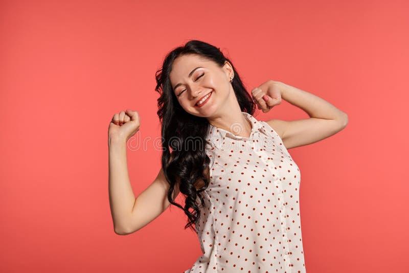 Studio die van het mooie meisjestiener stellen over een roze achtergrond wordt geschoten royalty-vrije stock afbeelding