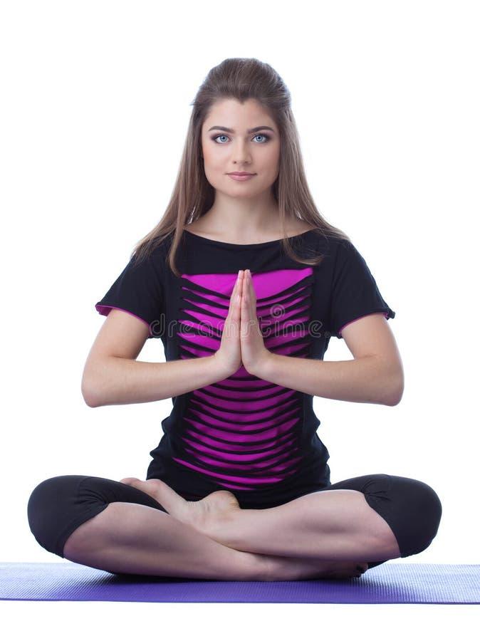 Studio die van mooie donkerbruine het praktizeren yoga wordt geschoten stock afbeelding