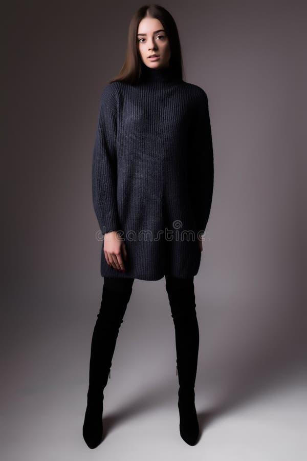 Studio-Dunkelheitshintergrund Modefrau der in voller Länge eleganter stockbilder