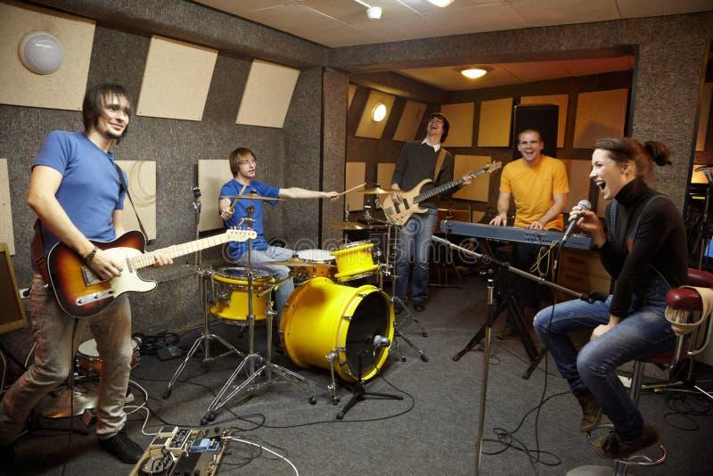 studio för rock för bandskapelseglädje royaltyfria foton