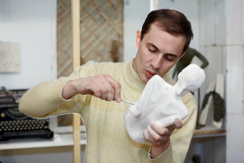 studio för skulptur för skulptör för huvuddelmappar arkivbild