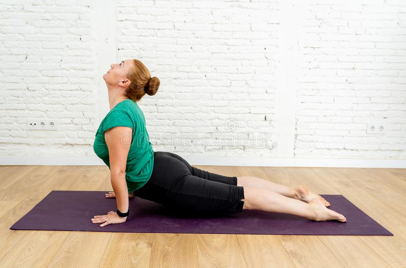 Studio för yoga för härlig ung sund kvinna övande hemmastadd i sunt livsstilbegrepp arkivbild