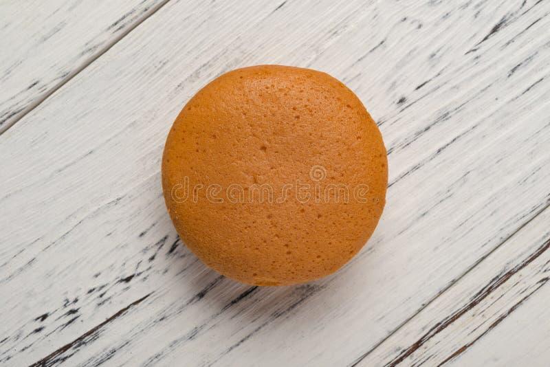 Studio-fotografering av yolk fylld paj på träbakgrund arkivfoto