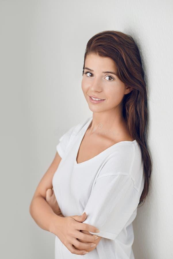 Studio geschoten portret van een mooie jonge vrouw stock fotografie