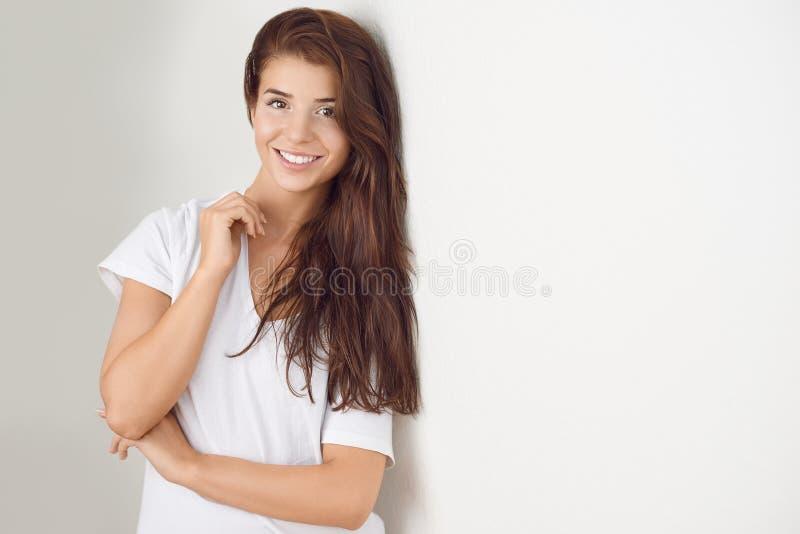 Studio geschoten portret van een mooie jonge vrouw royalty-vrije stock afbeeldingen