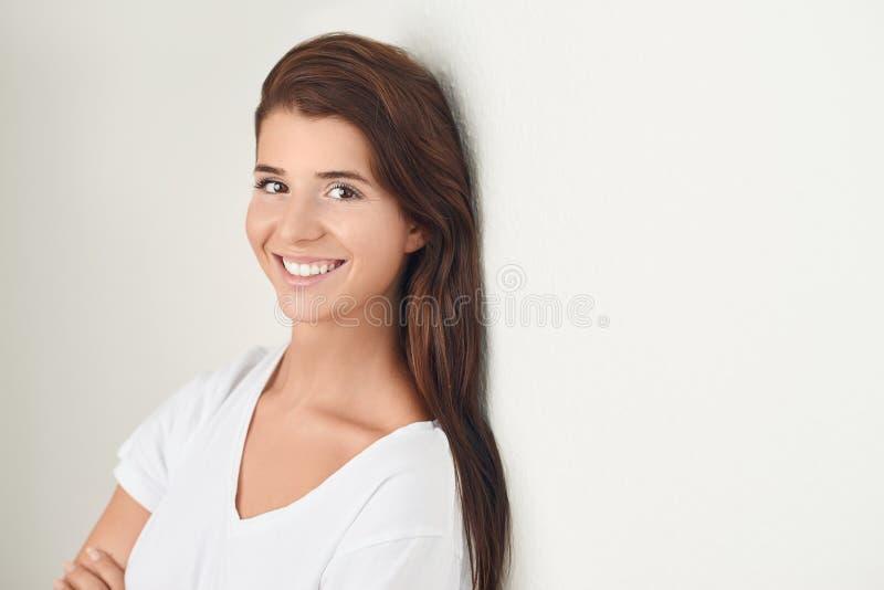 Studio geschoten portret van een mooie jonge vrouw royalty-vrije stock foto