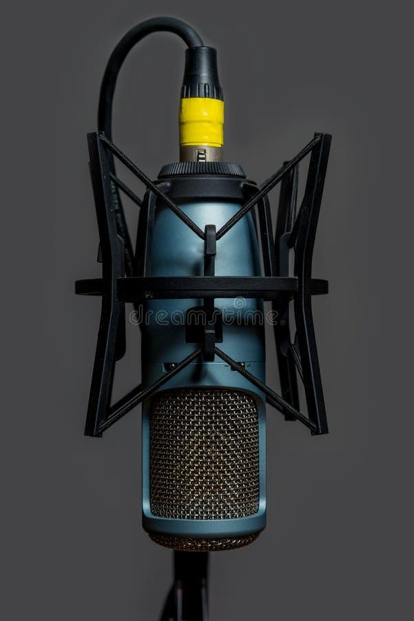 Studio-Kondensator-Mikrofon-Blau und Gold lizenzfreie stockfotografie
