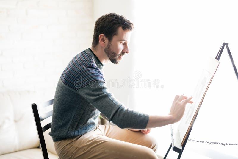 Studio maschio dell'artista a casa fotografia stock