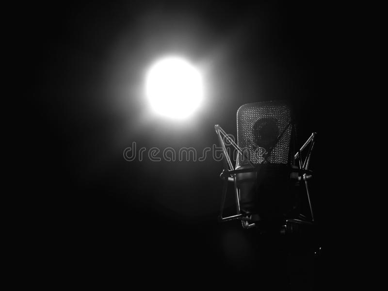 Studio-Musik-Mikrofon-Abschluss oben im soliden Tonstudio stockfoto
