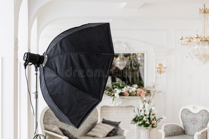 Studio photographique avec le matériel d'éclairage moderne Intérieur léger de studio de pièce de ressort Décor de luxe avec la lu photographie stock libre de droits