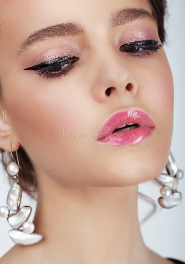 Studio-Porträt der jungen Frau mit Ohrringen lizenzfreie stockfotos