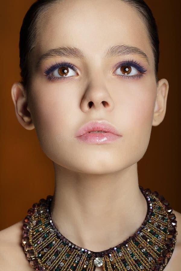 Studio-Porträt des jungen leichten Mode-Modells lizenzfreie stockfotografie
