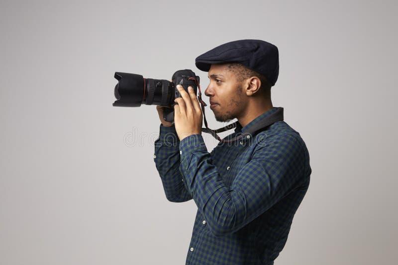 Studio-Porträt des männlichen Fotografen With Camera lizenzfreie stockfotografie