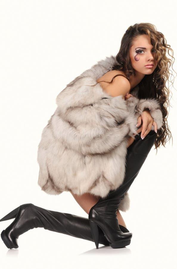 Studio-porträtt av en vacker sexig flicka i kappan royaltyfri fotografi