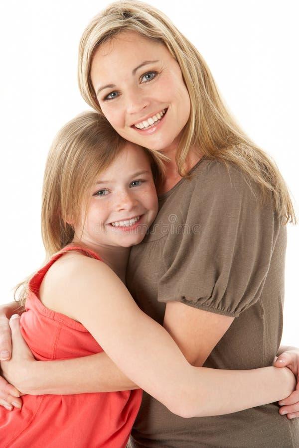 Studio-Portrait der Mutter junge Tochter umarmend lizenzfreie stockfotos