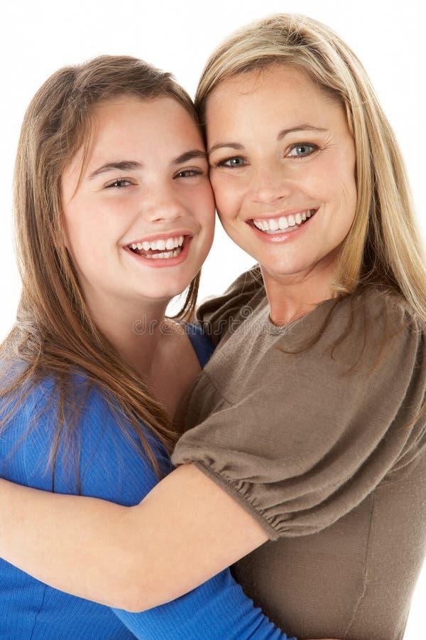 Studio-Portrait der Mutter Tochter umarmend stockfotografie