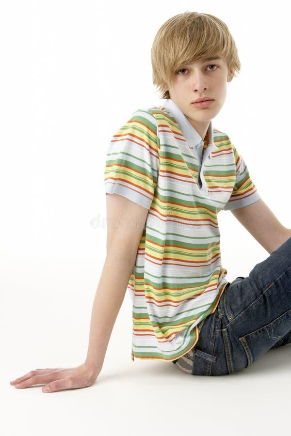 Studio-Portrait des ernsten Teenagers lizenzfreie stockfotografie