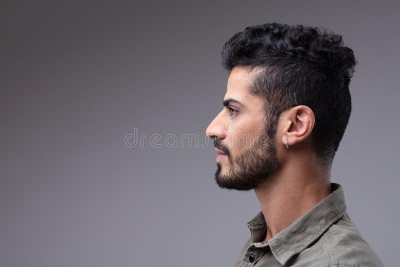 Studio profilowy portret młody brodaty mężczyzna zdjęcia royalty free