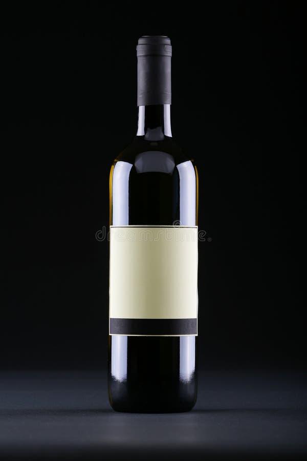 Studio schoss von der Weinflasche mit unbelegter Etikette stockfotografie