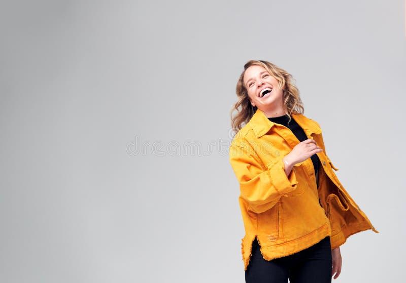 Studio Shot of Young Woman Against White Background met Fun Dancing stock afbeelding