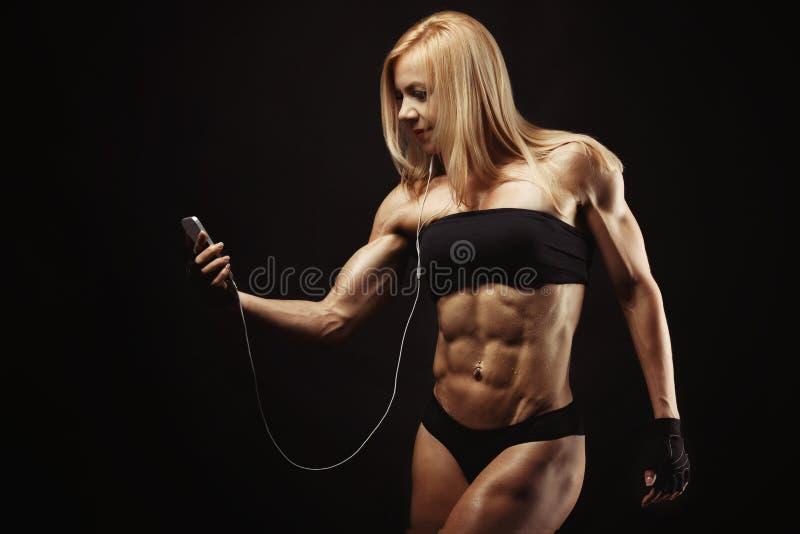 Studio som skjutas av muskulös ung kvinna arkivbild