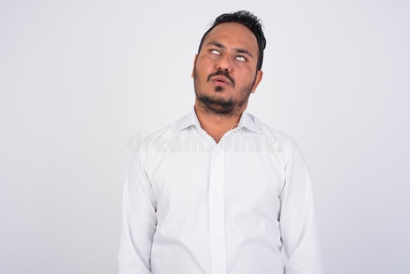 Studio sparato dell'uomo d'affari indiano barbuto sollecitato che sembra annoiato e stanco immagine stock libera da diritti