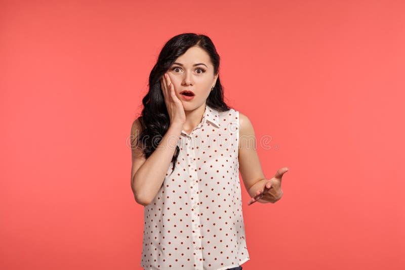 Studio sparato di bello adolescente della ragazza che posa sopra un fondo rosa immagine stock