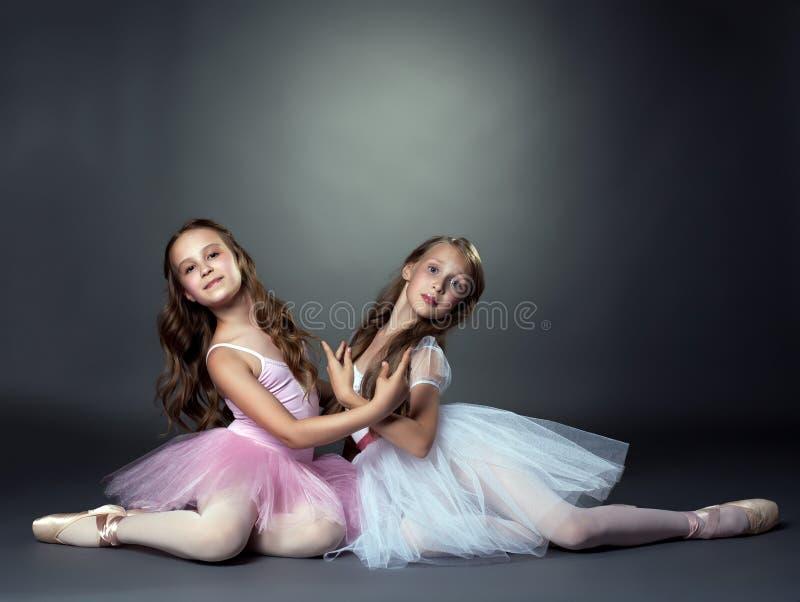 Studio sparato di due ballerini di balletto grazioso immagini stock