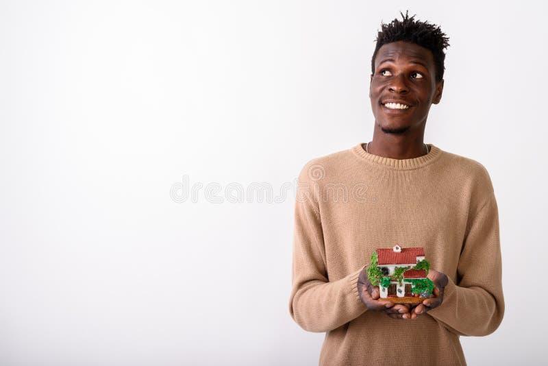 Studio sparato di giovani sorridere e thinkin felici dell'uomo dell'africano nero fotografie stock libere da diritti