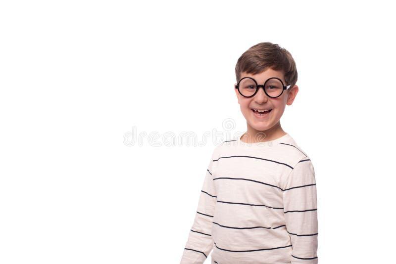 Studio sparato di un ragazzo sorridente divertente in vetri rotondi, isolato immagini stock