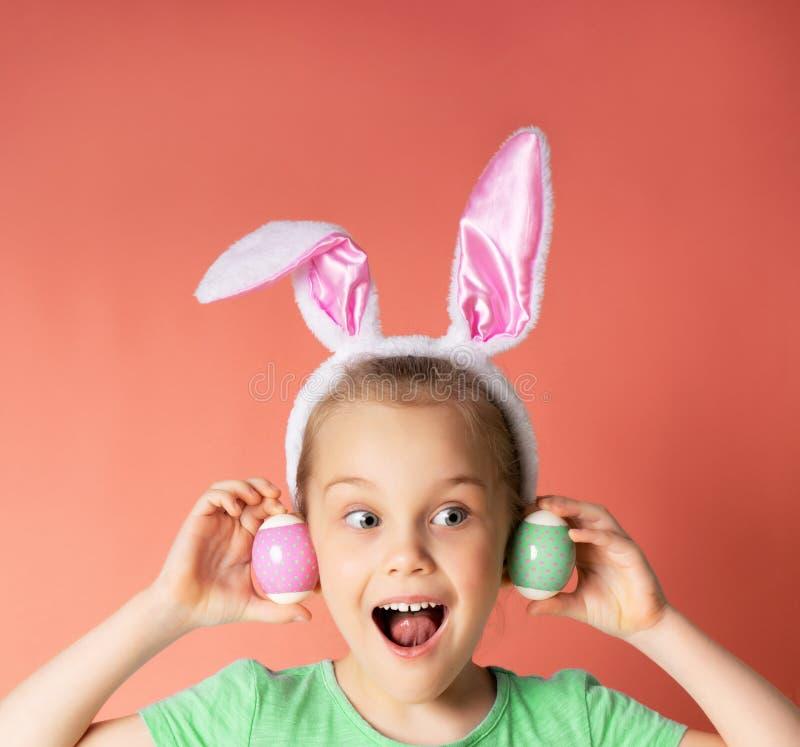 Studio sparato di una parte anteriore d'uso del ein del coniglietto della ragazza felice del suo occhio immagini stock