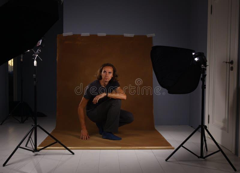 Studio strzał ayoung mężczyzna na brązu tle Elegancki mężczyzna, patrzeje kamerę zdjęcia royalty free