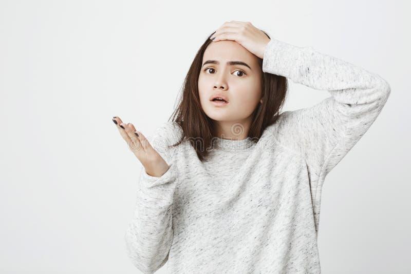 Studio strzał caucasian żeński uczeń w rozpaczu, szoku i, podczas gdy stojący obrazy stock