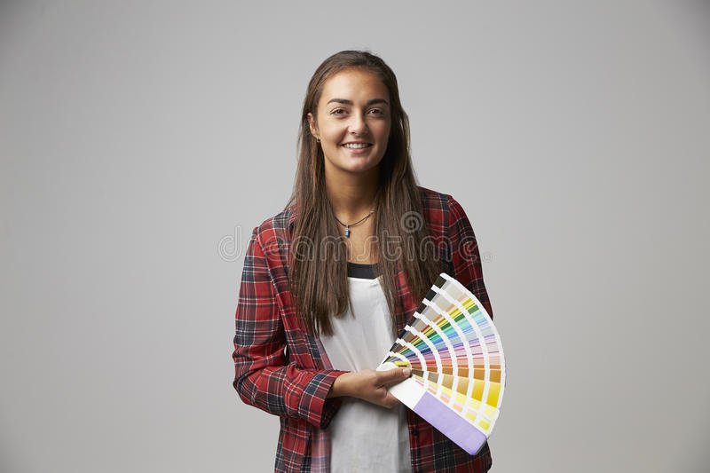 Studio strzał Żeński projektant grafik komputerowych Z kolorów Swatches obraz stock