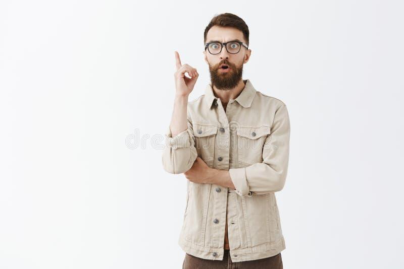 Studio strzał mężczyzna invanting plan w umysle wrzeszczy Eureka z lub doskonały pomysł nastroszonym palcem wskazującym i rozważn zdjęcia royalty free