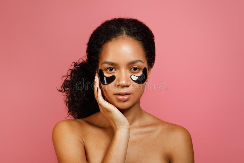 Studio strzał młoda kobieta z oka gel ochraniaczami zdjęcia royalty free