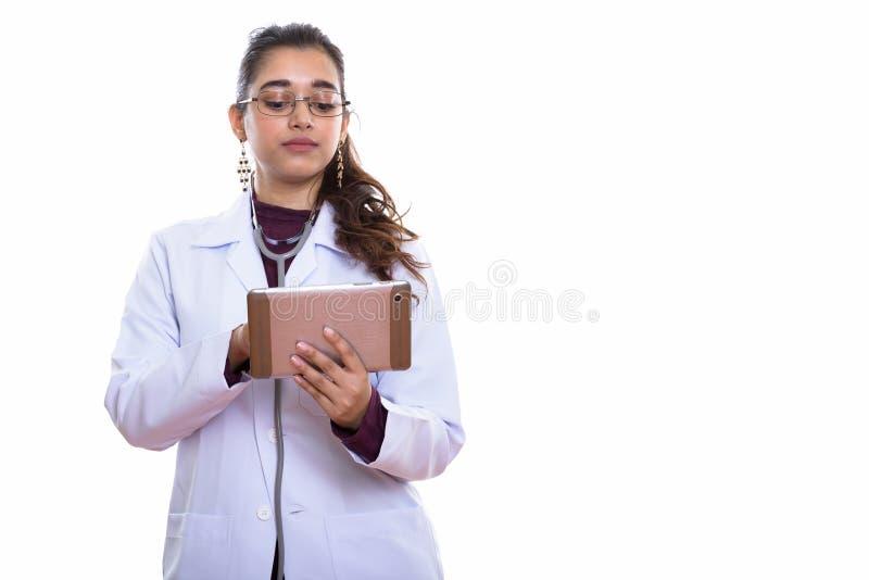 Studio strzał młodej pięknej Indiańskiej kobiety doktorski używać cyfrowy obrazy stock