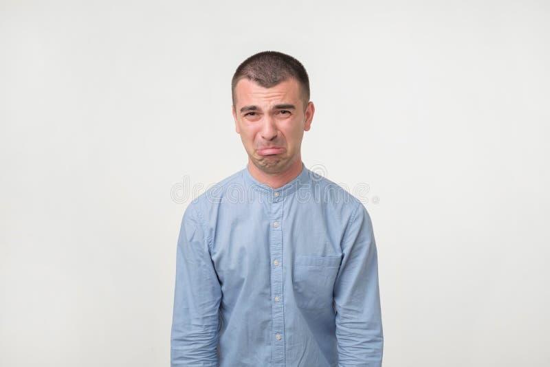 Studio strzał pouting i płacze młody przystojny mężczyzna, narzeka o dziewczynie zdjęcie stock