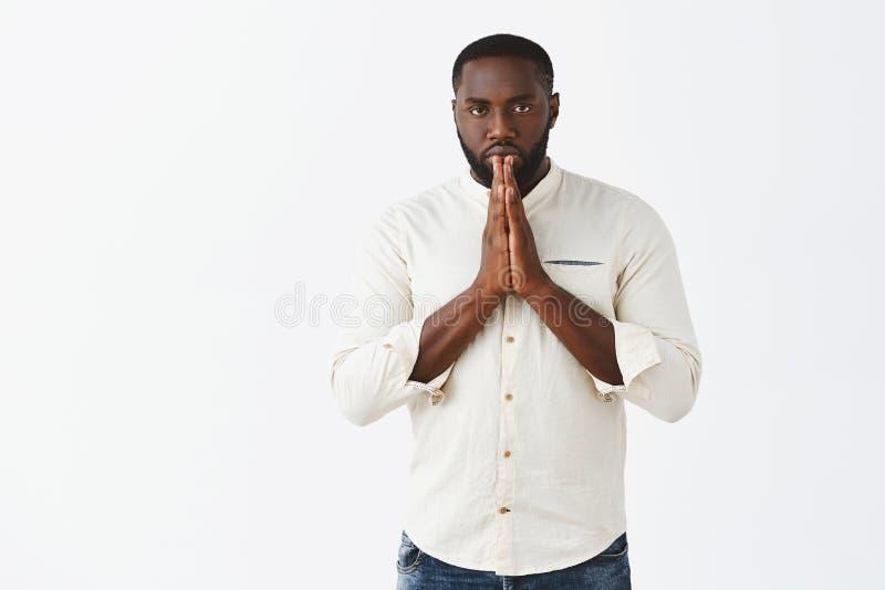 Studio strzał przyglądający silny i męski amerykanina afrykańskiego pochodzenia sportowa kłonienie mistrz sztuki samoobrony w azj fotografia royalty free