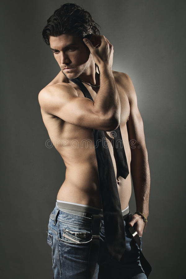 Studio strzał przystojny mężczyzna bez koszuli fotografia royalty free