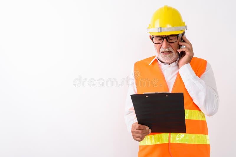 Studio strzał przystojny starszy brodaty mężczyzny pracownik budowlany r zdjęcie royalty free