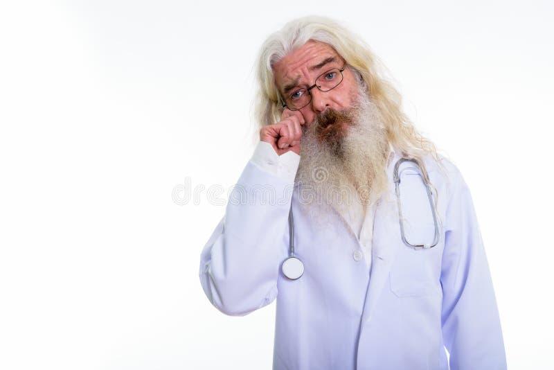 Studio strzał starsza brodata mężczyzna lekarka patrzeje smutny fotografia stock