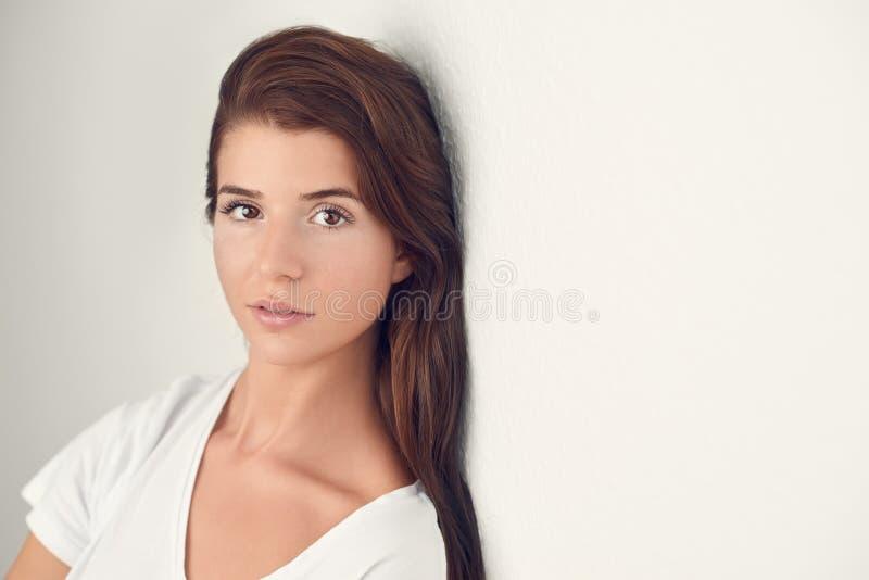 Studio strzału portret piękna młoda kobieta obraz royalty free