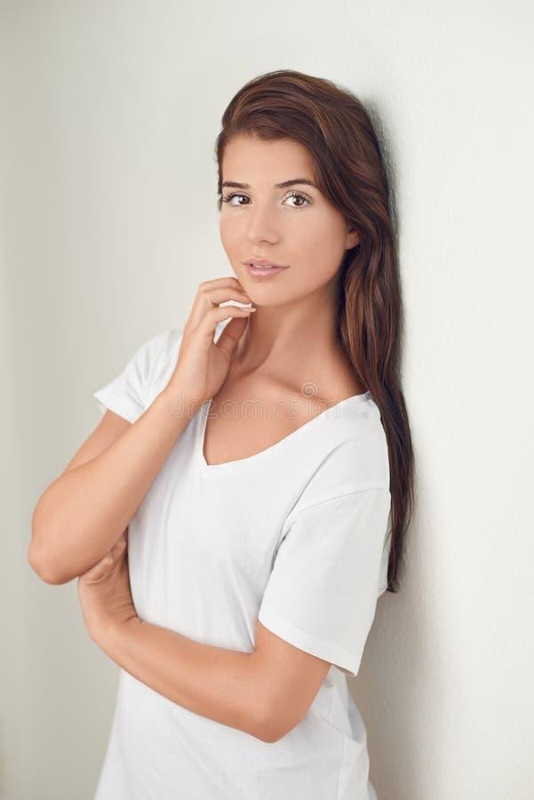 Studio strzału portret piękna młoda kobieta zdjęcia stock