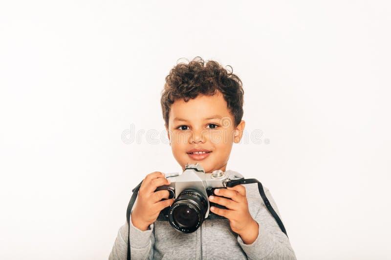 Studio strzelał urocza afrykańska berbeć chłopiec mienia kamera zdjęcie stock
