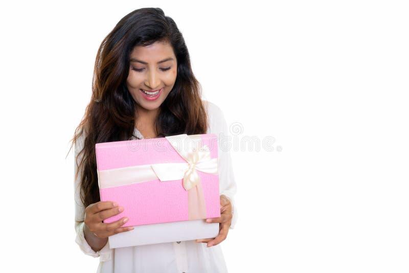 Studio strzelał młoda szczęśliwa Perska kobieta ono uśmiecha się podczas gdy otwierający g obrazy royalty free