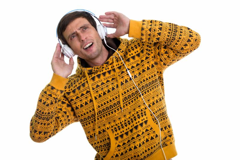 Studio strzelał rozważny młody człowiek słucha muzyka i looki fotografia royalty free